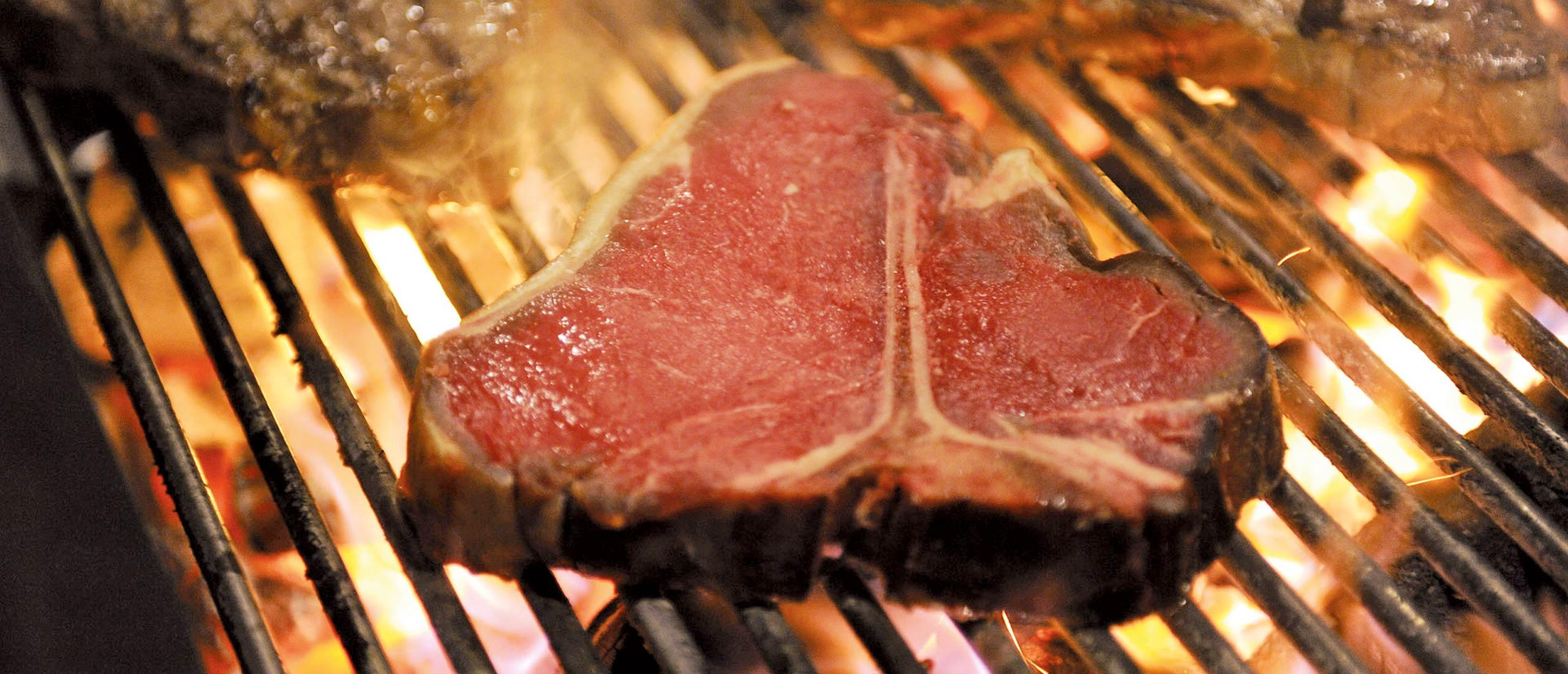 Saftiges Steak wird gegrillt - Fleischerei Nolzen