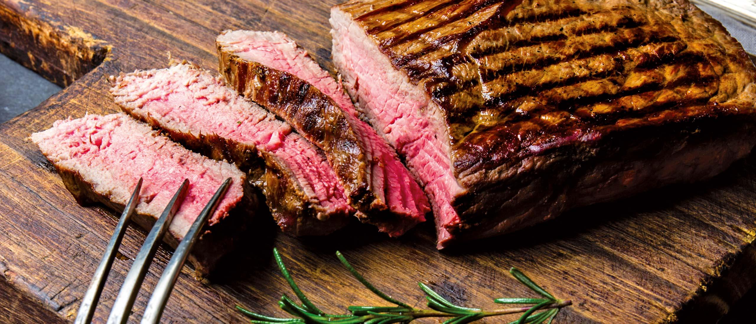 Steak aufgeschnitten auf Holzbrett - Fleischerei Nolzen