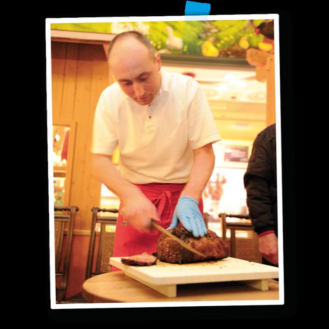 Marcus Weber schneidet Steak an - Fleischerei Nolzen